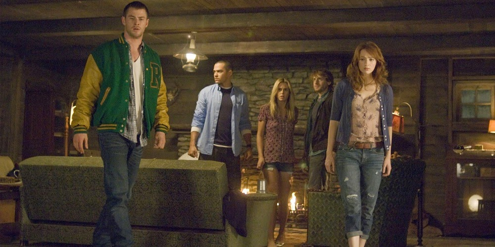 Chris Hemsworth, Jesse Williams, Anna Hutchison, Fran Kranz e Kristen Connolly em O SEGREDO DA CABANA (The Cabin in the Woods)