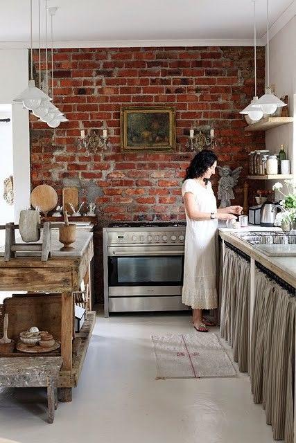 Cocina vintage con pared de ladrillo antigua