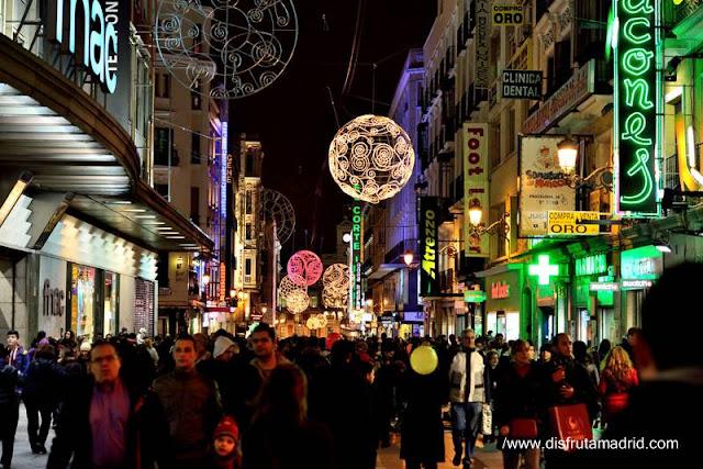Calle Preciados de noche en Madrid