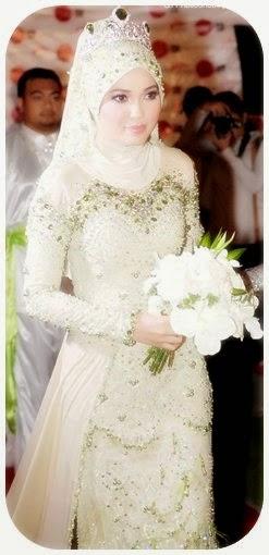 Kebaya pengantin muslim dengan jilbab atau tudung. Model kebaya yang  memiliki tubuh ramping adalah yang panjang gaunnya sampai pada lutut dengan  leher yang ... 6e7d24564e