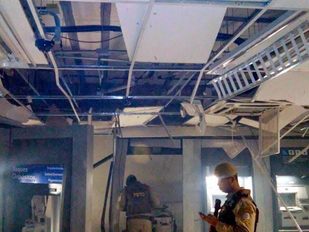 Teto da agência ficou danificado com a explosão (Foto: Carlos José/Site Voz da Bahia)