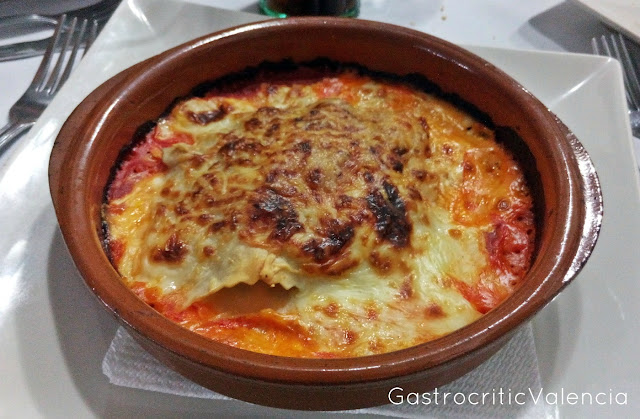 Lasaña de carne y verduras con queso parmesano gratinado