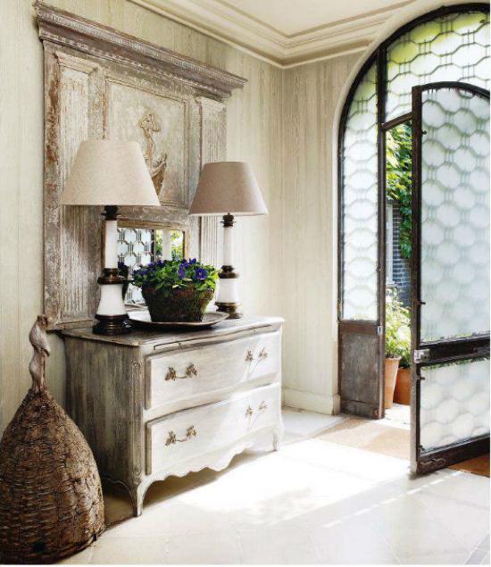 decorar el recibidor con muebles antiguos -comoda decapada y lamparas antiguas