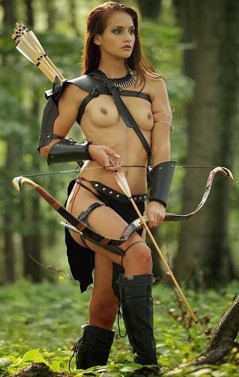 cosplay amazone avec arc et flèches seins nus