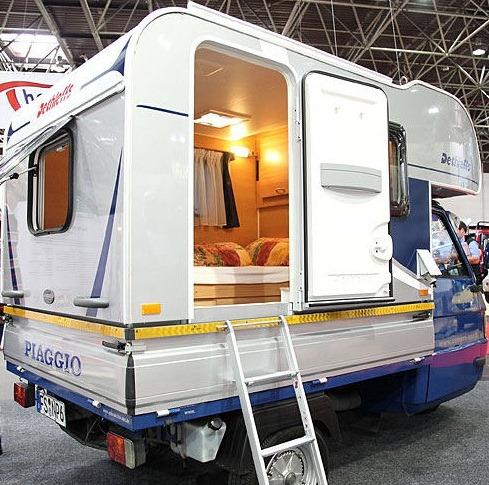 le camping car passe partout le piaggio ape moca camper le plus petit camping car du monde. Black Bedroom Furniture Sets. Home Design Ideas