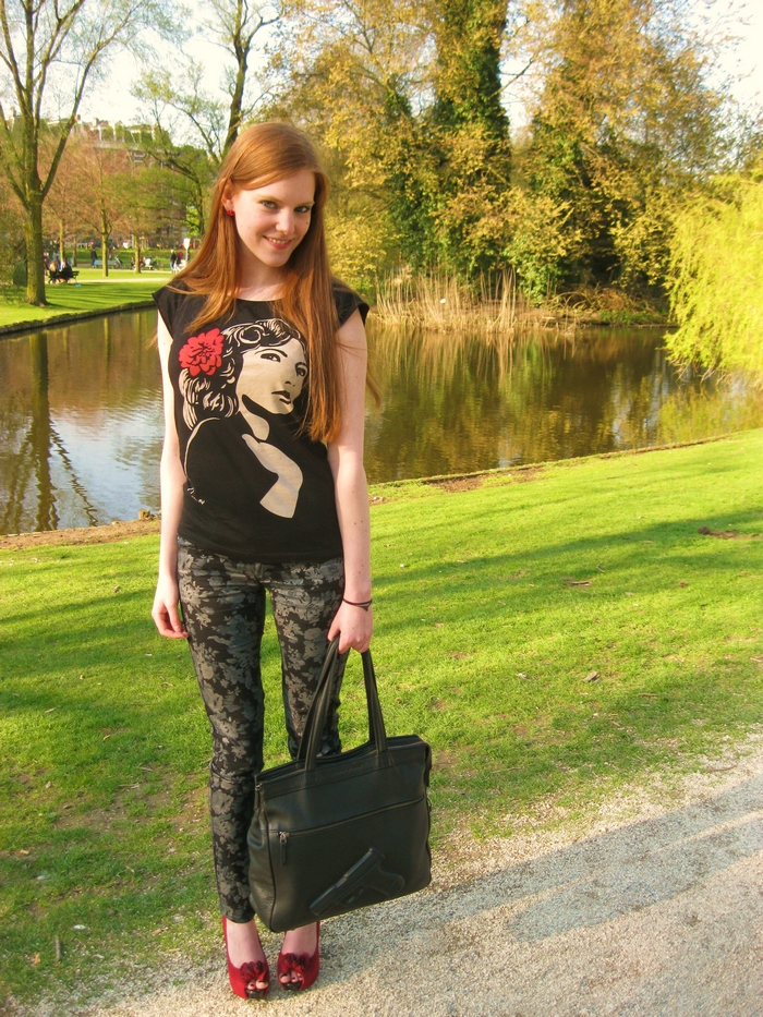 Fashion Outfit Blogger Caro Emerald Flower Pants Red Pumps