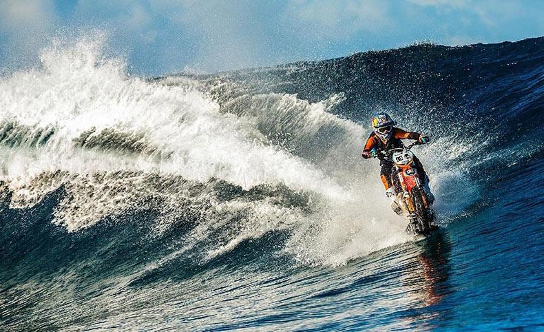 Surfea sobre una motocicleta, ya que todo lo demás es demasiado fácil