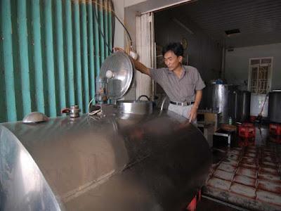 Trạm thu mua sữa đặt tại xã Phù Đổng (Gia Lâm, Hà Nội). Ảnh: L.H.T