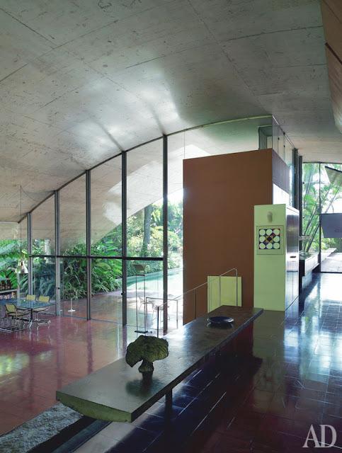 Milan Haus in Brasilien - Architektur zum luftigen Einrichten und Wohnen: Badezimmer im Flur zum Schlafzimmer
