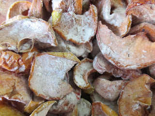 Dried apples sprinkled with starch