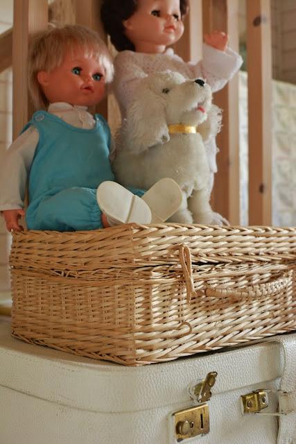 80-luvun puhuva nukke ja lelukoira rottinkilaukun päällä - Muonamiehen mökki