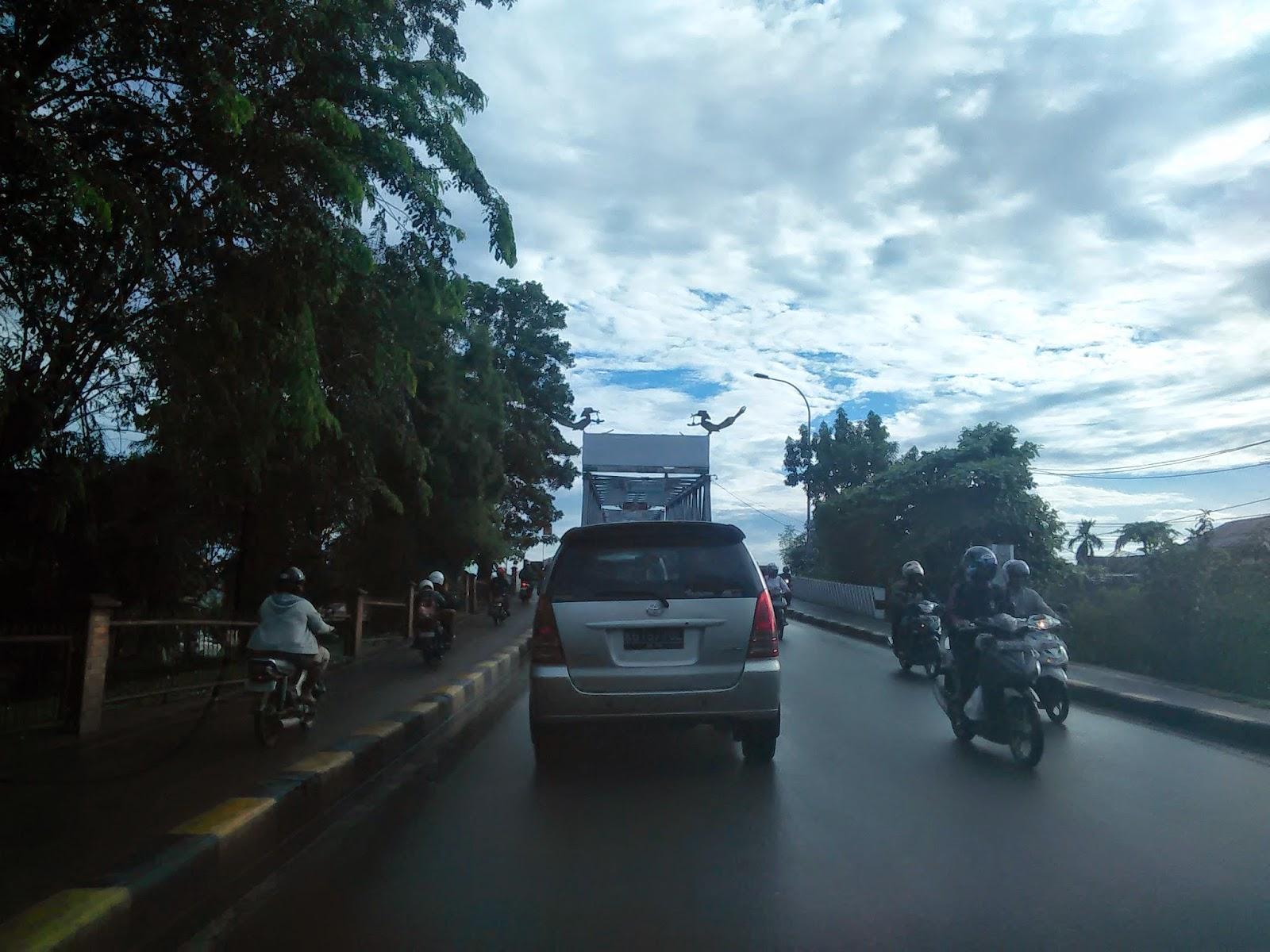 Melintasi Jambatan Sungai Kapuas Pontianak sebelum pulang ke Malaysia