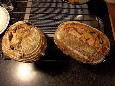 Panes ecológicos de trigo y espelta con nueces y pasas y cebolla caramelizada