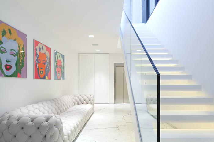 casas y modernas escaleras en interiores