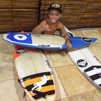 o pequeno surfista guilherme comsequio mais uma vitoria.