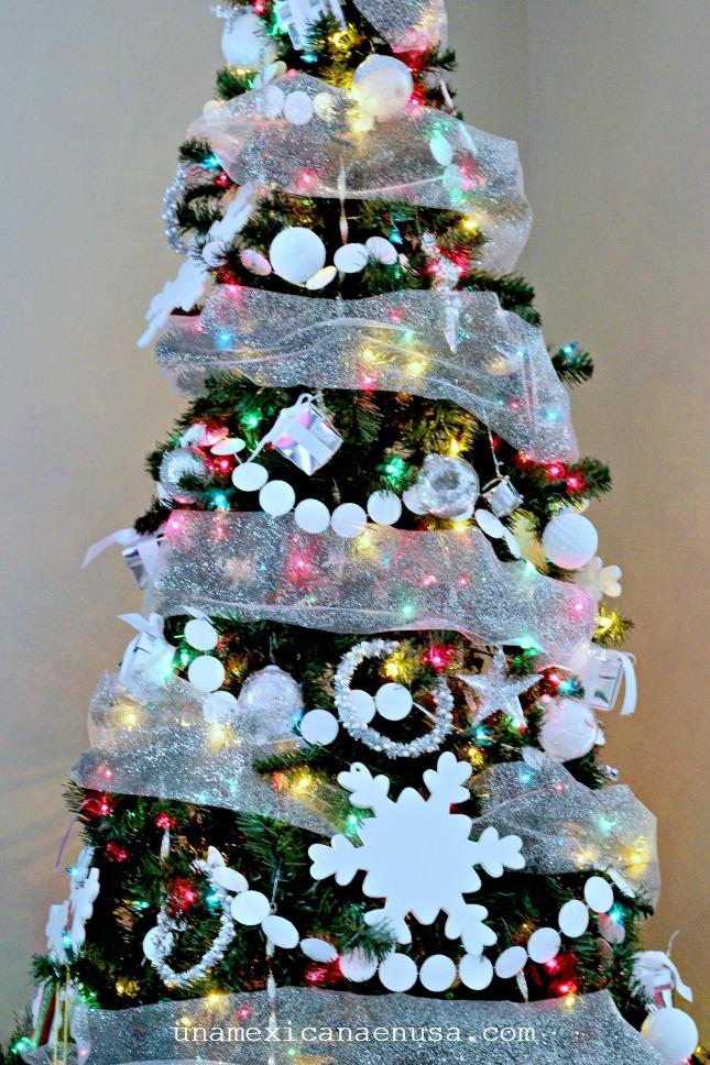 Arbol de Navidad decorado con distintos adornos y luces de colores