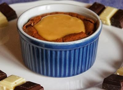 http://lebookgourmand.blogspot.com/2013/11/moelleux-aux-2-chocolats-sauce-caramel.html
