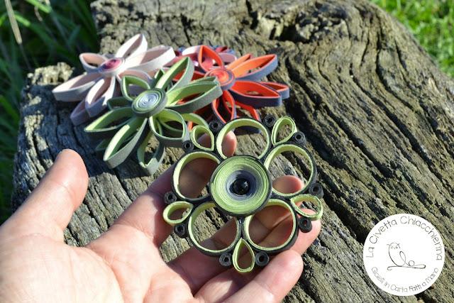 Spilla di carta realizzata a mano modern quilling: fiore 01