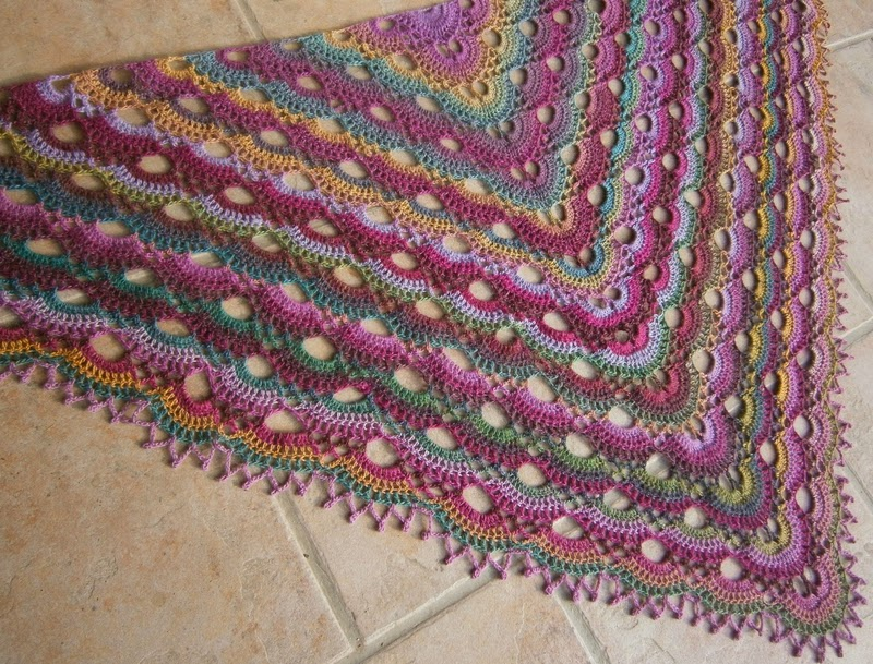 Scalloped Triangle Shawl Crochet Pattern : Modele ch?le au crochet gratuit : Scalloped Triangle Shawl ...
