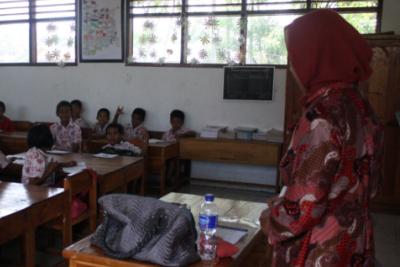 Kemendikbud memberikan gelar Gr kepada guru-guru yang sudah profesional.