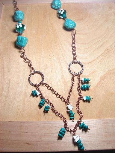 Collar largo con Turquesas cerebro y cuentas de vidrio con flor, en cadena de cobre