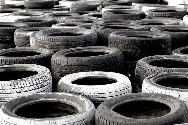 Cientos de neumáticos usados