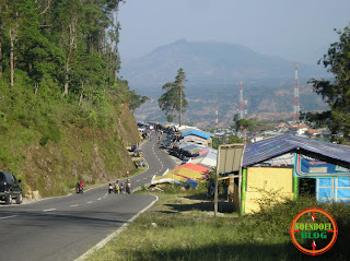 Warung berjajar di Jalan Tembus