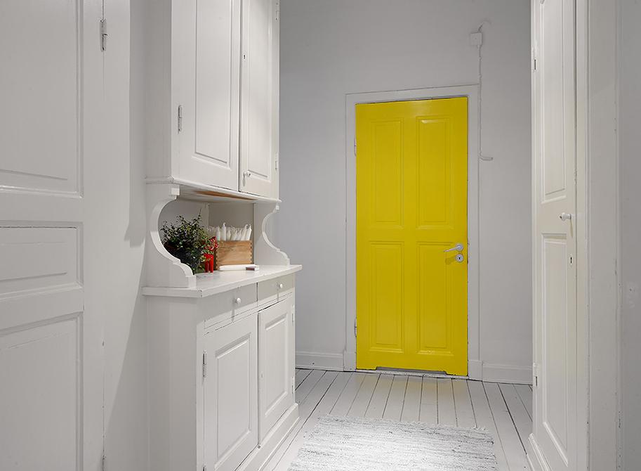 porta amarela, porta colorida num ambiente branco , Decorar a casa de forma simples, decoração com amor.