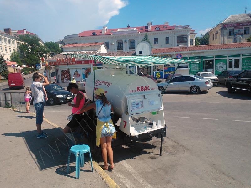 Street vendors selling Sevastopolskiy Kvass