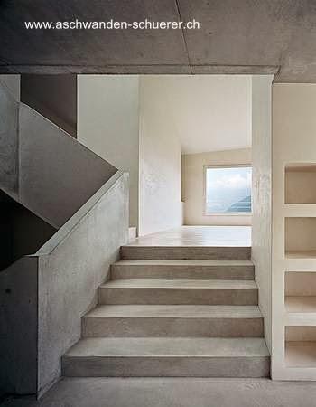 Interior de casa contemporánea minimalista de concreto en Suiza