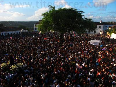 Milhares de pessoas se aglomeram na Praça São Francisco para presenciar o auge da festa