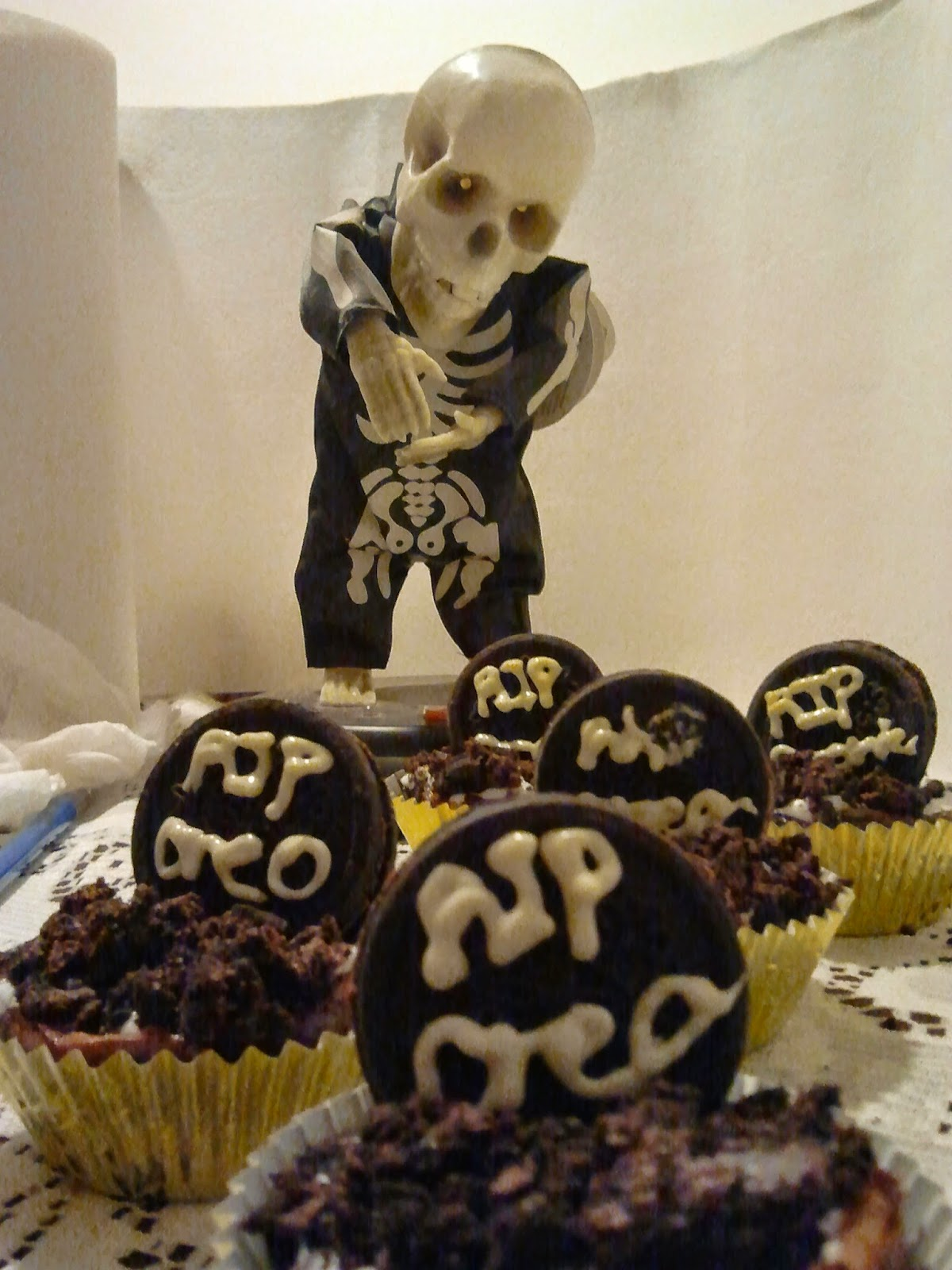 cupcakes with skeleton