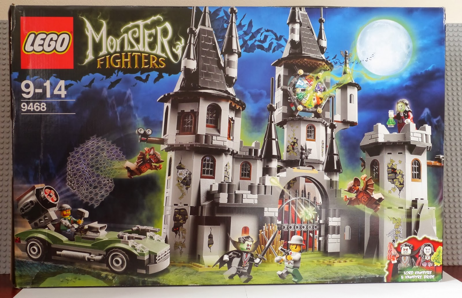 the car features a net launcher for the monster fighters to try to catch a man bat or vampyre - Lego Monstre