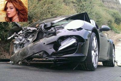 Lindsay Lohan se acidenta com seu Porsche
