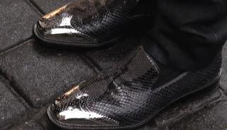 Férfi cipő divat modell – valamelyik diktátor ezt viseltetné – fényes fémes orrész fekete félcipő