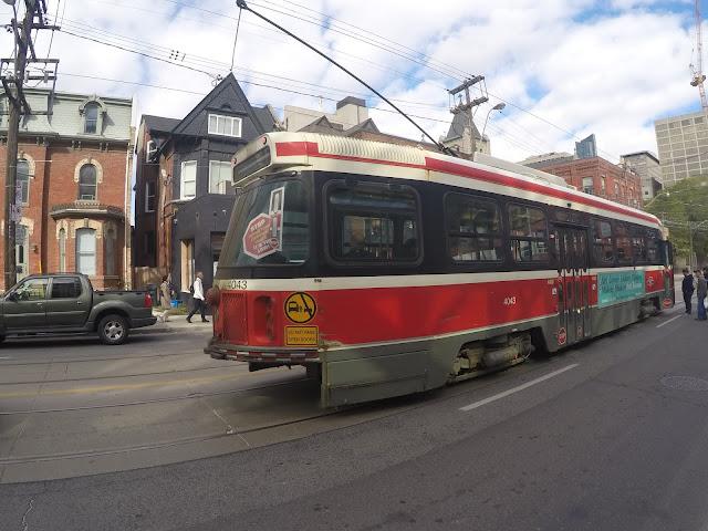 Streetcar do modelo antigo nas ruas de Toronto, Canadá.