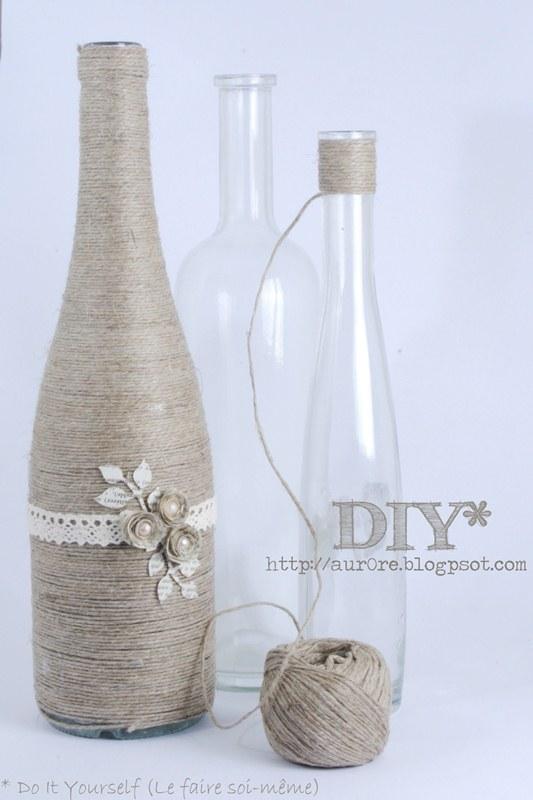 bottiglie di vetro ricoperte con spago