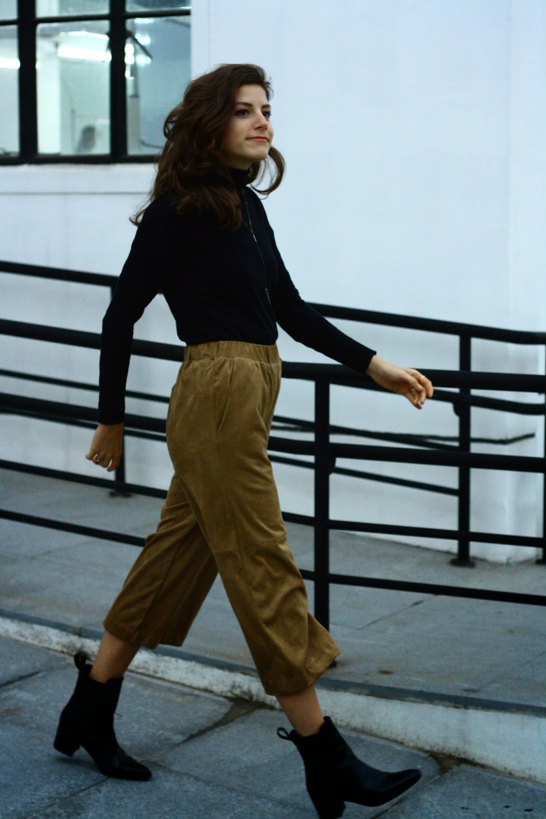 fashion blogger 70s suede culottes