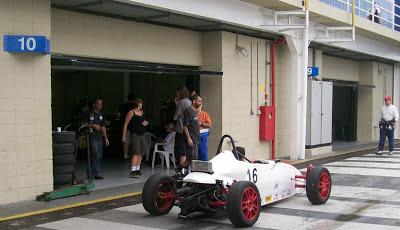 O dia em Interlagos foi de velocidade, incluindo categorias de monopostos. Caminhar pelos boxes é  como apreciar  um desfile de escolas de automobilismo.