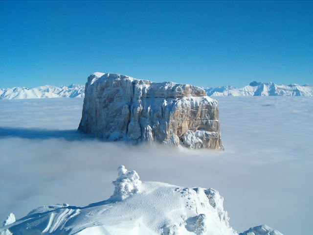 Mont Aiguille окутанная зимним туманом