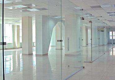 Преимущества стеклянных перегородок для зонирования пространства