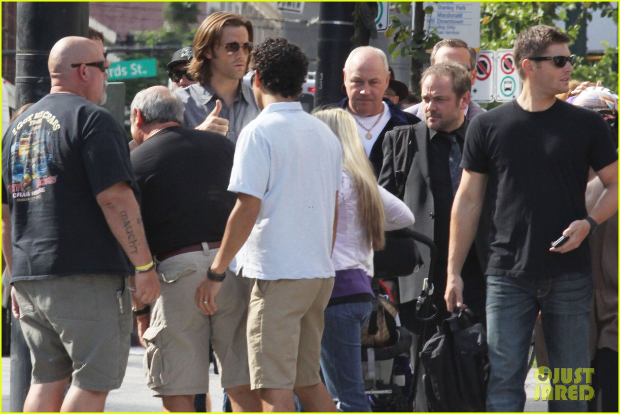 http://4.bp.blogspot.com/-hAEY3QUNxnU/UBrrHqDWs1I/AAAAAAAABLE/90Z7qprRzdw/s1600/jared-padalecki-supernatural-set-visit-from-thomas-09.jpg