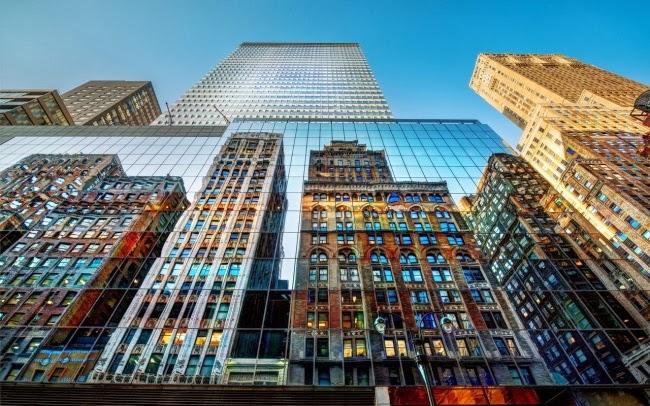 Отражение небоскребов Нью-Йорка, США