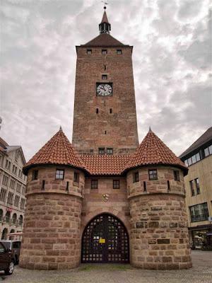 Parada de metro, la Torre Blanca en Ludwigsplatz (Nuremberg)