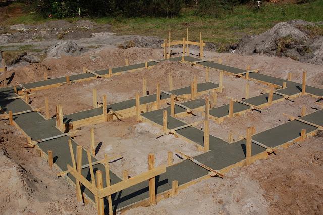 Fundamenty-pod-domu-z-gliny-i-slomy