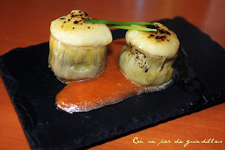 Alcachofa rellena de brandada de bacalao gratinada y salsa de pimientos rojos