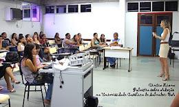 A psicóloga Cintia Liana realiza palesta na Universidade Católica de Salvador