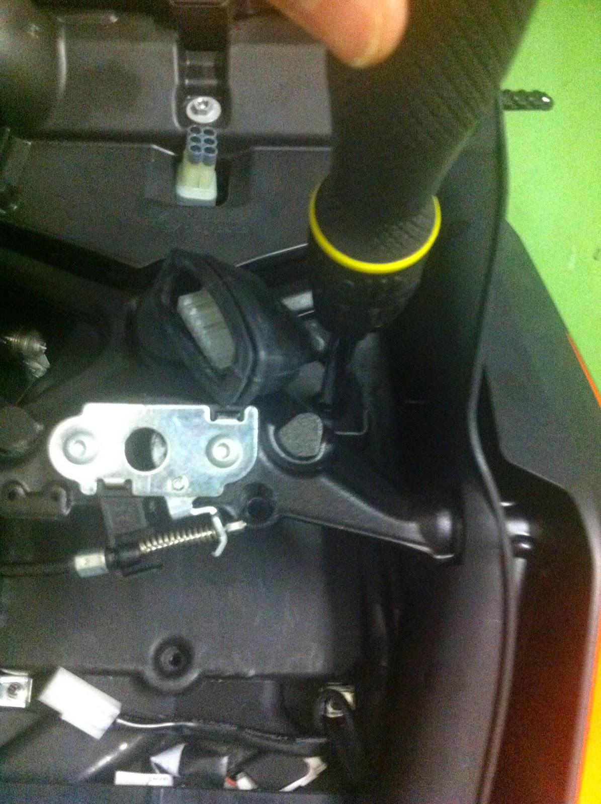 Mysuperduke1290r montaggio allarme senza smontare il codino - Smontare maniglia finestra senza viti ...