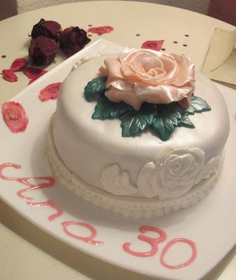 Tarta fondant cumpleaños con rosa de fondant y bizcocho sacher