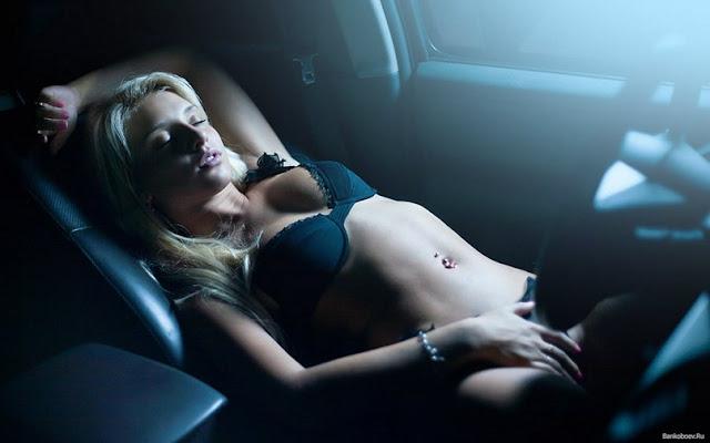 голая девушка в салоне автомобиля